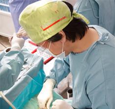 手術中の男性歯科医師