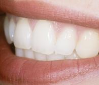 白い歯が見えている口元