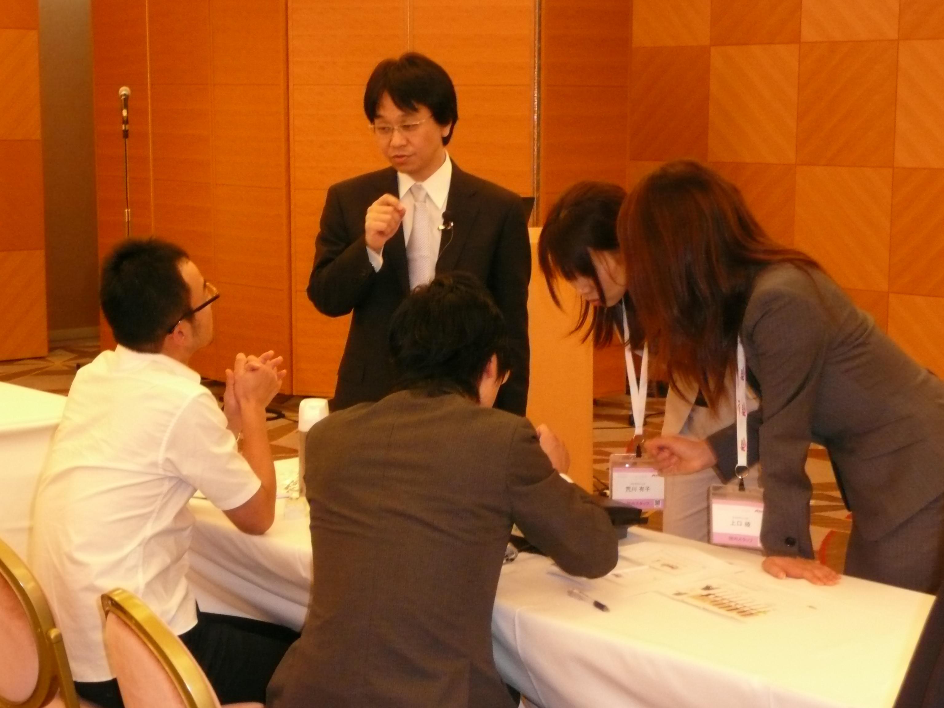 講演参加者とディスカッションする加藤院長